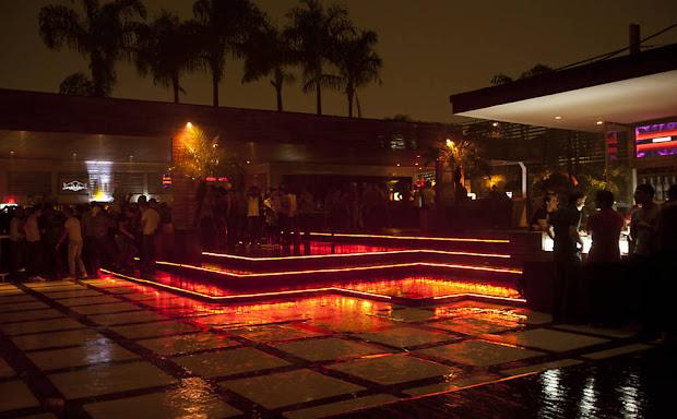 Pista externa da boate The Week, na Lapa paulistana (Foto: Julia Moraes)