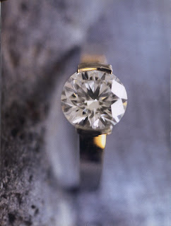 In all its Splendor and priceless simplicity, here is a magnificent solitaire (single-mounted stone) signed by De Beers. The facets and the perfection of the cut play with light and transparency while the reflection is lost in the heart of the stone.