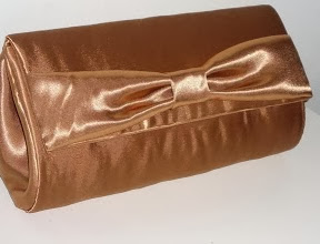 http://www.manualidadesplus.com/2012/09/bolsos-carteras-sin-coser-cartonaje.html