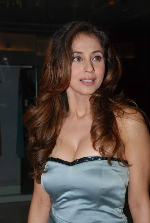 urmila matondkar hot cleavage