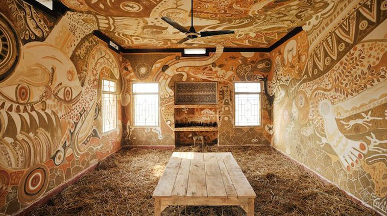 Pinturas de barro increíblemente intrincadas cubriendo paredes de aula