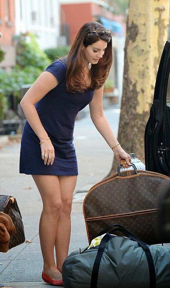It's all just so chic and comfortable on this beauty lady who's seen slaying all season. Yeah, safe to say we'd be in a good mood to enjoy as Lana Del Rey was pictured to leaving her apartment at New York on Friday, October 3, 2014.