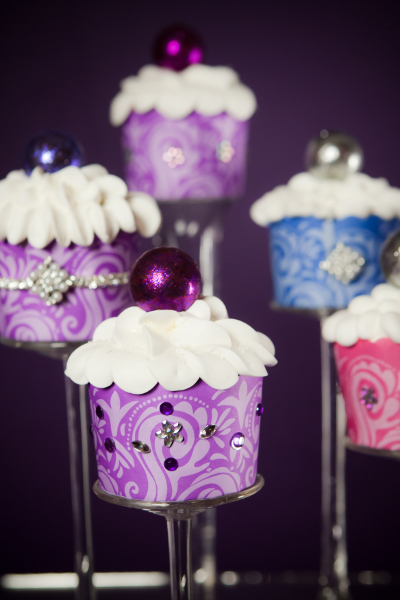 Do it yourself weddings the glitterati of cupcakes choose the way you would like to display these at your wedding either individual or cupcake stands will give you a centerpiece that shines solutioingenieria Choice Image