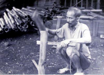 Những ngày ở Việt Bắc, Chủ tịch Hồ Chí Minh tự chẻ củi, nấu ăn