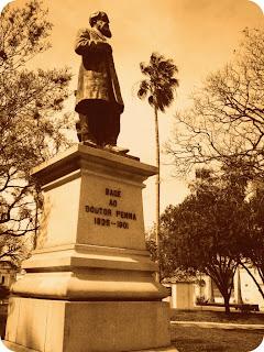 Estátua do Doutor Penna, na Praça da Matriz, em Bagé.