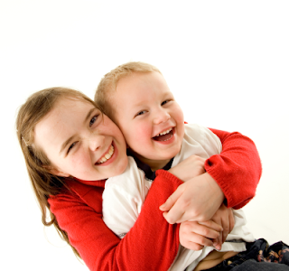Crianças irmãs felizes