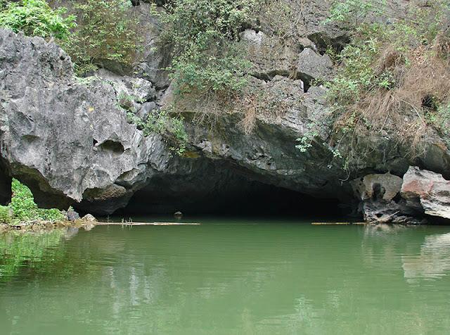 Rivière souterraine à Trang An