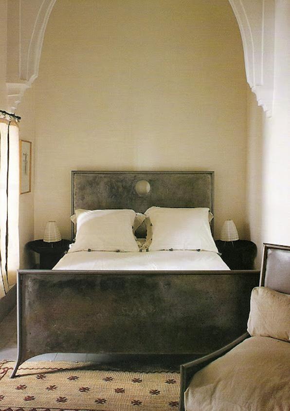 snug as a bug in a metal bed | dans le lakehouse - Meuble Design Metal