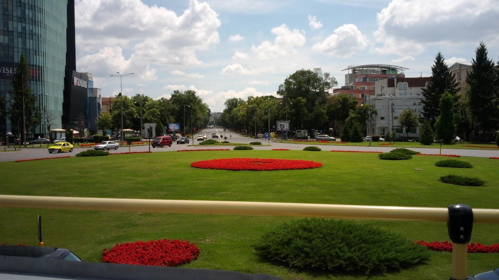 Rond Metrou Aviatorilor la intrarea principală în Parcul Herastrau
