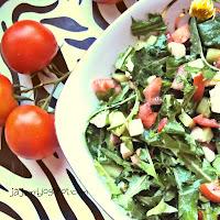 Sałatka z liści mlecza z warzywami