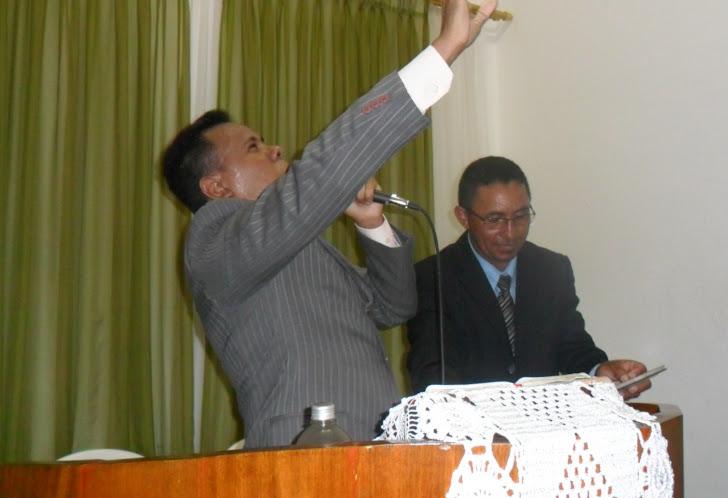 Pastor leonardo pregando e o pastor Antonio meditando