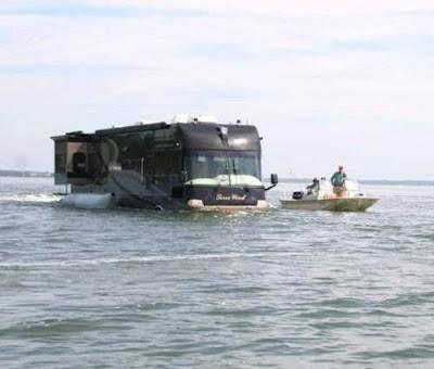 Bus Unik Penyeberang Sungai