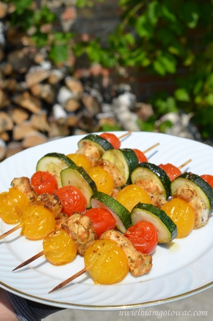 Kolorowe szaszłyki z kurczakiem, cukinią i pomidorkami