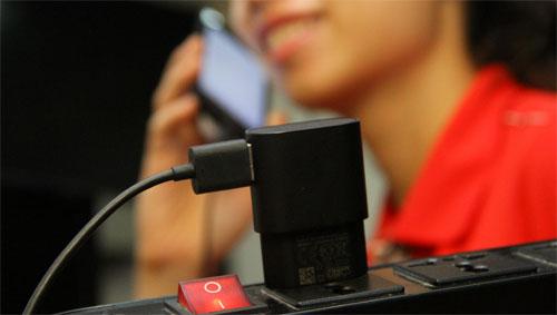 Không nên vừa sạc pin vừa sử dụng điện thoại