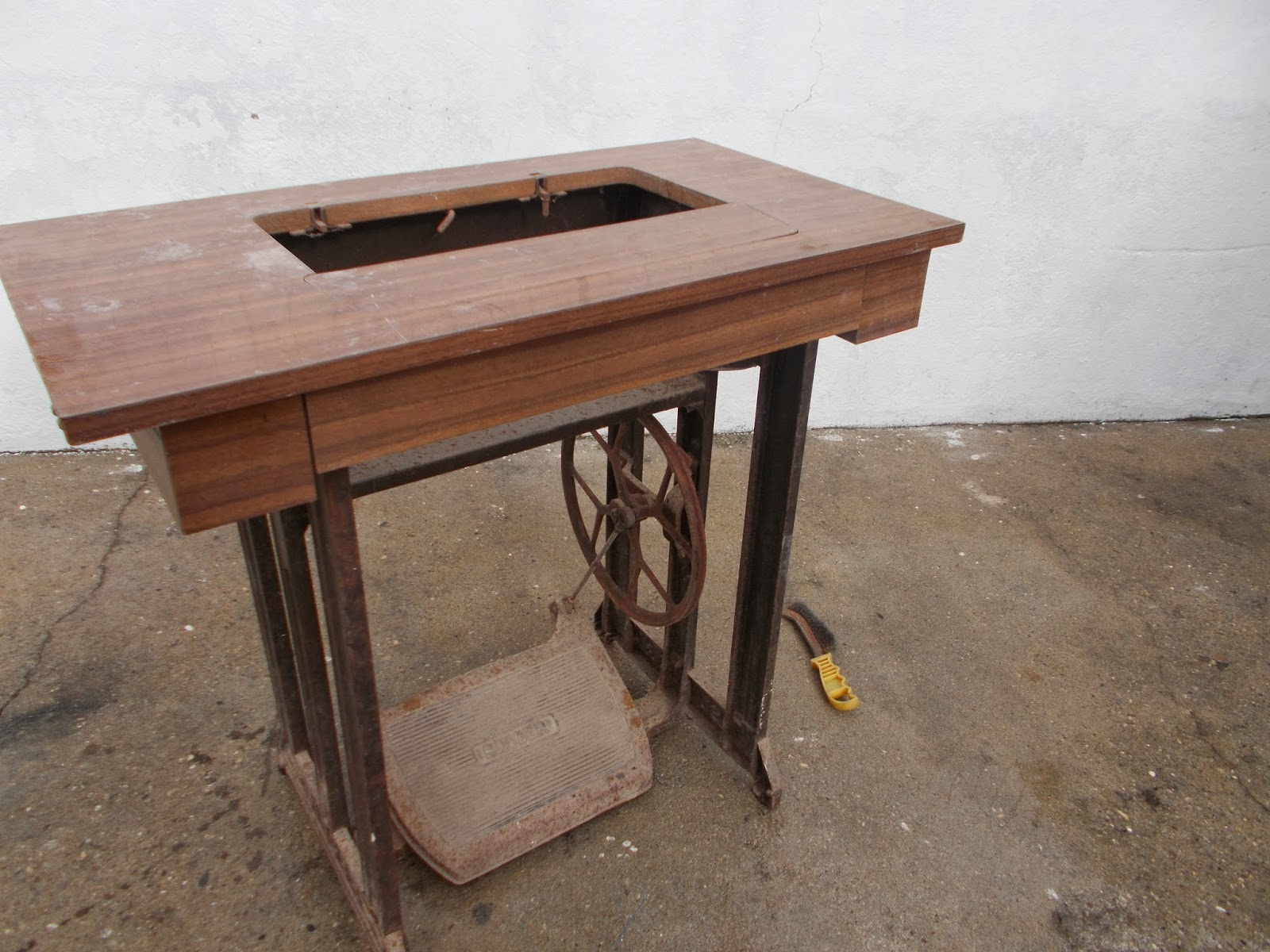 Home living for mesa de costura singer reciclada - Mesas para costura ...
