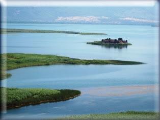 Gölün çevresinde yürüyerek veya otomobille yapılacak bir gezi de