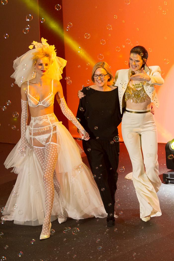 Nuria Sarda creativa Boda de Elvis con Bimba Bose Lenceria lujo conjunto MBFW Madrid Desfile Otoño Invierno 2015: Welcome to Fabulous ANDRÉS SARDÁ Pompas de jabon