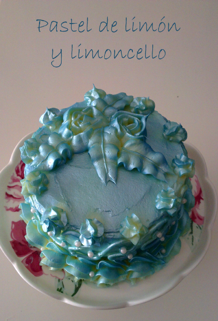 Pastel de cumpleaños de limón y limoncello