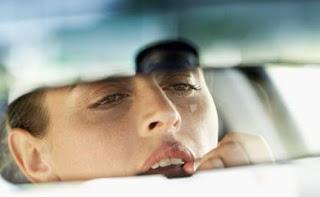 Berdandan dalam mobil