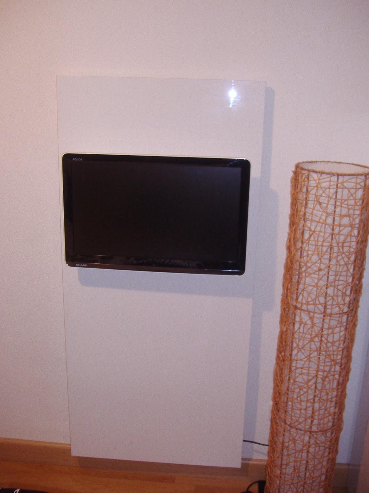 Un mueble de televisi n minimalista hecho con una puerta for Mueble para tv con puertas