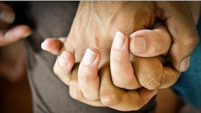 Inilah Manfaat Menggenggam Tangan Pasangan saat Akan Tidur