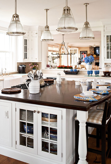 25 beautiful black and white kitchens the cottage market for Nantucket style kitchen