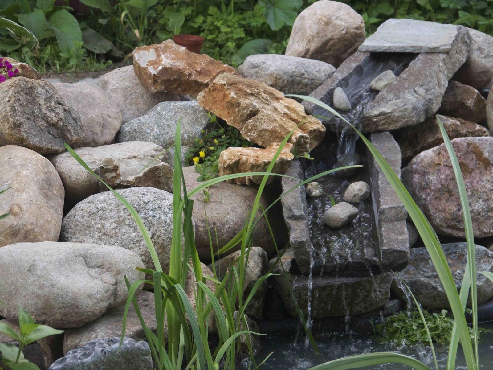 Lille vandfald i haven