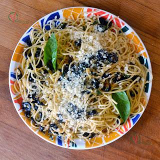 Espagueti con salsa mediterránea.