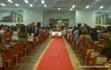 Auto lujoso ingresa a iglesia Pare de Sufrir
