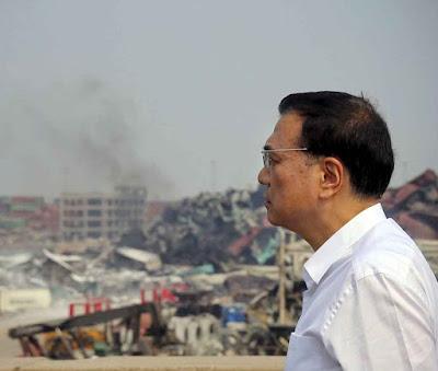 O primeiro ministro Li Keqiang contempla a magnitude do desastre. O presidente Xi Jinping prometeu transparência total mas mandou silenciar a imprensa
