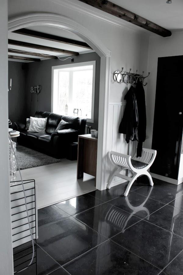 hall och vardagsrum, hall med klinkers, lägga klinkers i hallen, svarta plattor, stora klinkersplattor i hall, svart och vitt, vita väggar, gråa väggar i vardagsrummet, vit parkett, klädhängare i silver,