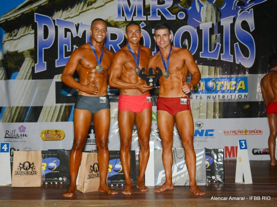 Breno Neves entre o segundo e terceiro colocados do Mr. Petrópolis 2014 Foto: Alencar Amaral