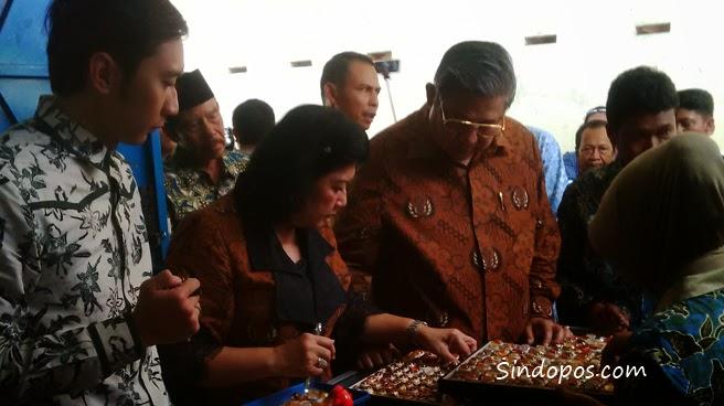SBY bersama Hj. Ani Yudhoyono, saat melihat-lihat bebatuan akik disalah satu rumah industri akik di Kecamatan Punung