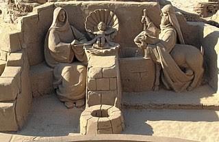Bild: Krippenspiel. Das Krippenspiel ist komplett aus Sand und stellt die Geburt Jesu dar.