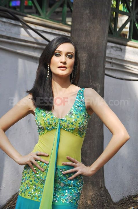 GET by U: Nude Veena Malik At CN Wadia Gold Cup Horse Race