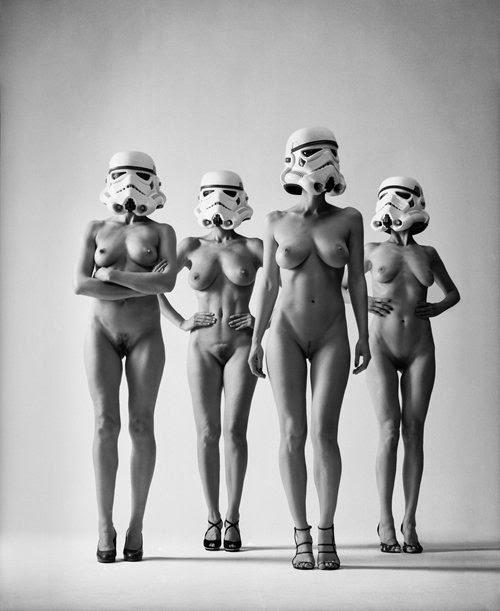 Grand nus d'helmut newton revisité, avec modèle arborant casque de stormtroopers