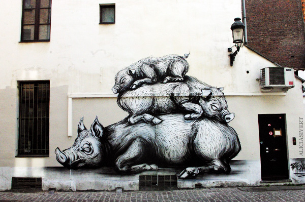 aliciasivert, alicia sivertsson, street art, graffiti, gatukonst, klotter, tags, bussels, bruxelles, bryssel, stencil, schablon, hus, building, pigs, grisar, vildsvin, hogs, roa