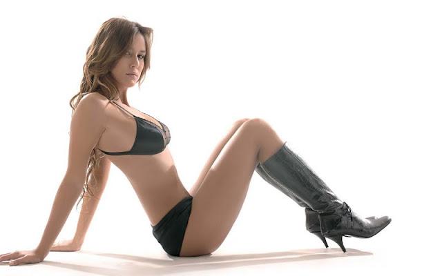 Luli Fernandez sexy in bikini