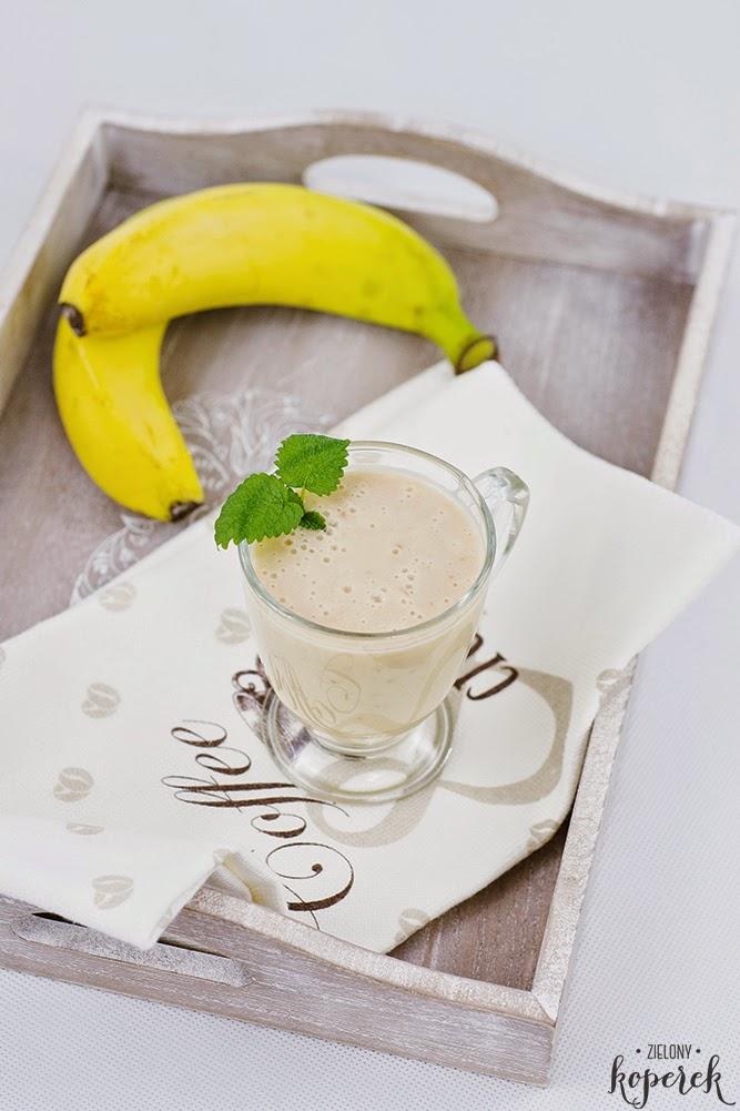 Wegański koktajl z bananów z masłem orzechowym