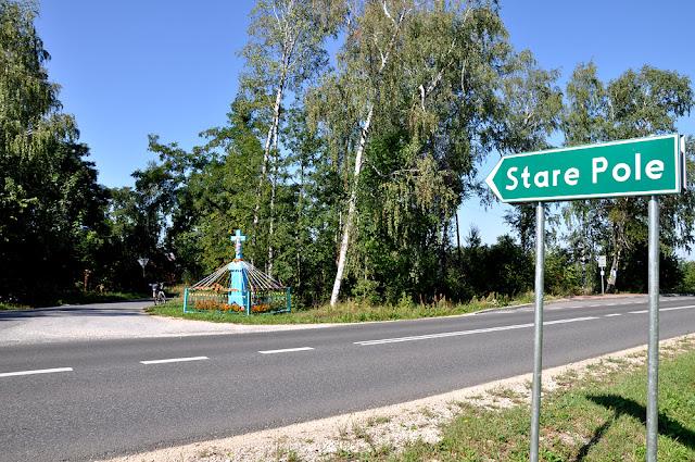 Stare Pole k. Gowarczowa. Wieś położona jest przy drodze wojewódzkiej nr 728. Przydrożny kamienny krzyż.