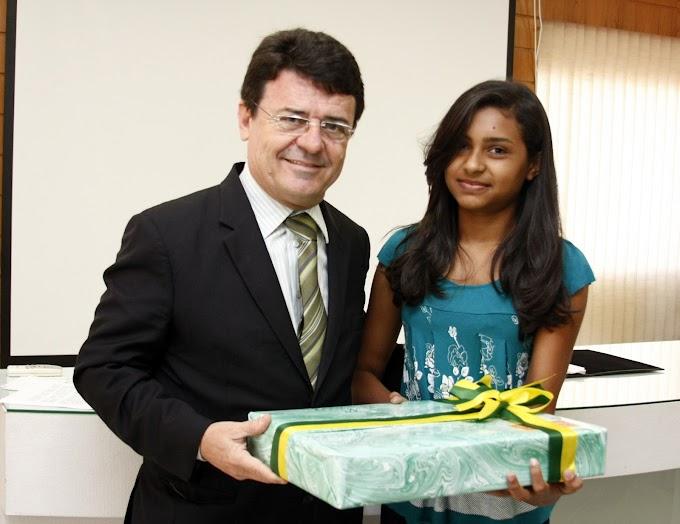 Estudante de Serra Caiada recebe prêmio de Redação do Senado