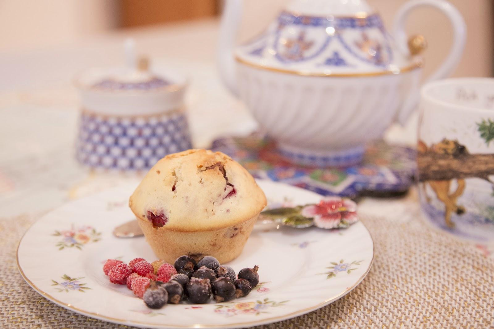 Маффины с шоколадом белым земляникой малиной кексы пикник