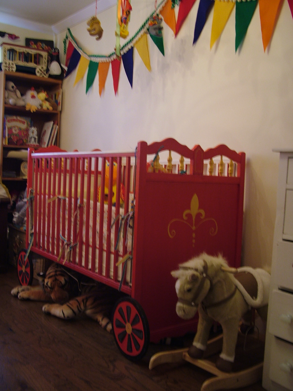 Little house well done circus chic carnival sweet kids for Circus themed bedroom ideas
