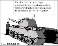 Hombre parado frente a tanque de guerra