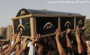 fallecido despierta en su funeral