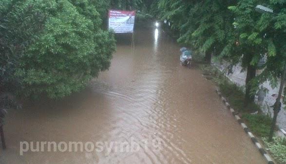 Jalan Cempaka Putih Tergenang Banjir 40 CM