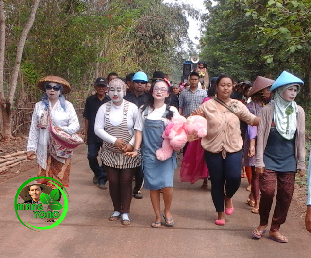 Arak - arakan / karnaval hasil bumi Ruwatan Bumi di Dusun Gardu, Subang