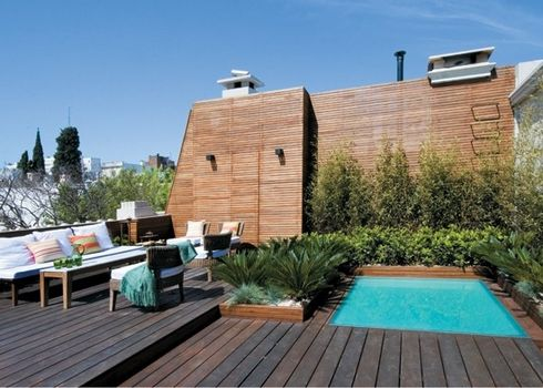 Una piscina en la terraza for Casas de madera con piscina