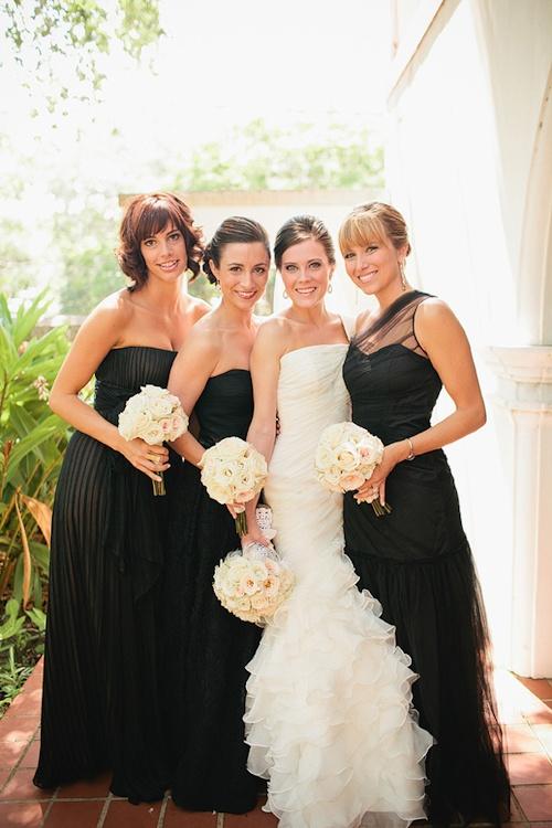 Longues robes noires et élégantes demoiselles d'honneur