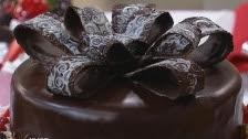 Bolo de chocolate com buraco recheado